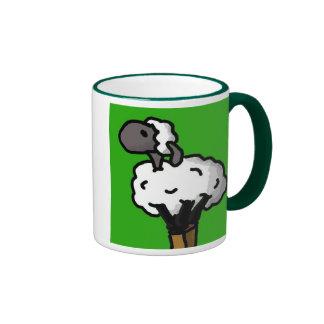 Las ovejas solitarias limpian taza a dos colores