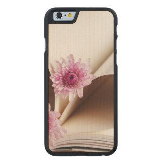 Las páginas de un libro hecho en un corazón forman funda de iPhone 6 carved® slim de arce
