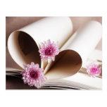 Las páginas de un libro hecho en un corazón forman tarjeta postal