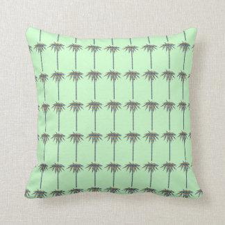 Las palmeras modelan en la almohada verde