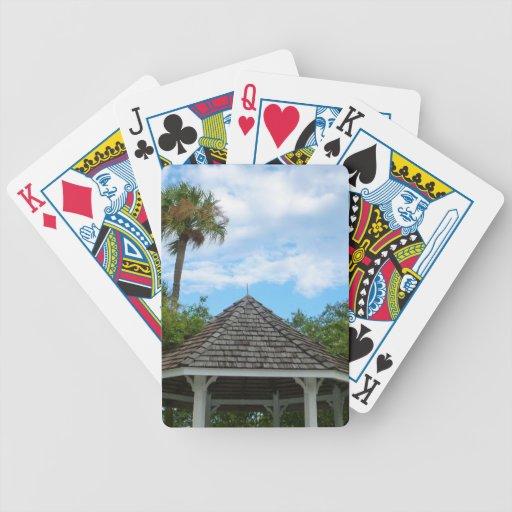 Las palmeras pie del cielo del Gazebo perforan la  Baraja Cartas De Poker