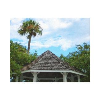 Las palmeras pie del cielo del Gazebo perforan la Lienzo Envuelto Para Galerías