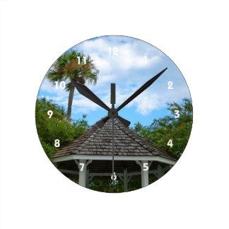 Las palmeras pie del cielo del Gazebo perforan la Reloj Redondo Mediano