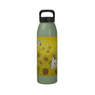 """Las patas aquí """"ocultan y buscan """" botella de agua reutilizable"""