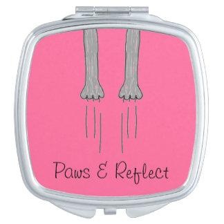 Las patas y reflejan el espejo compacto