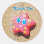Las pequeñas estrellas de mar le agradecen pegatin etiquetas redondas