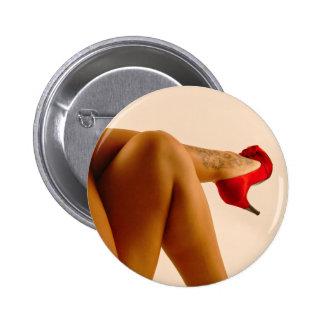 Las piernas desnudas cruzadas de la mujer con los  pin