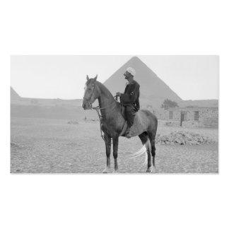 Las pirámides de Giza con el jinete circa 1934 Tarjetas De Visita