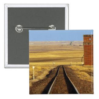 Las pistas de ferrocarril llevan al granero viejo  pin cuadrada 5 cm
