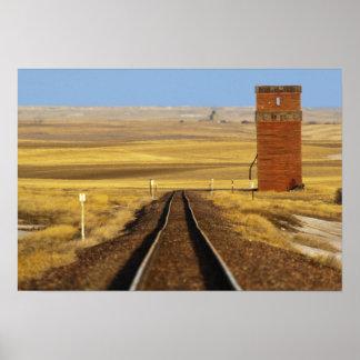 Las pistas de ferrocarril llevan al granero viejo  póster