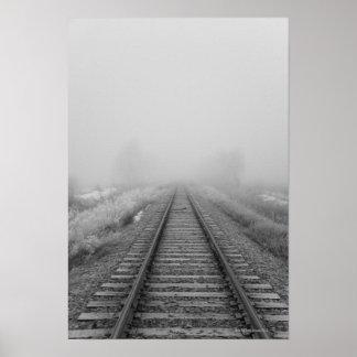 las pistas de ferrocarril se descoloran en la nieb póster