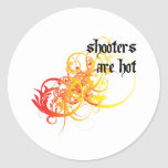 Las pistolas son calientes pegatina redonda