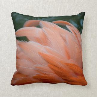 las plumas del flamenco rizaron el pájaro del cojín decorativo