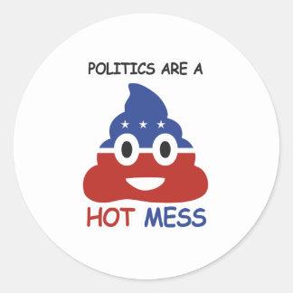 Las políticas son un lío caliente - - pegatina redonda