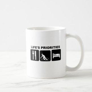 Las prioridades de la vida, esquiando taza de café