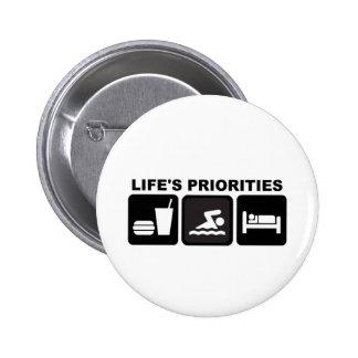 Las prioridades de la vida, nadando pin redondo de 2 pulgadas