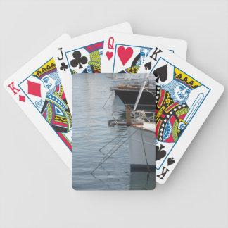 Las proas de veleros de lujo amarraron en el cartas de juego