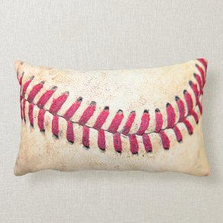 Las puntadas rojas del béisbol del vintage se cier almohada