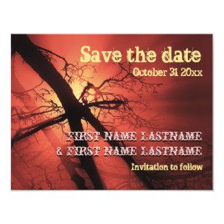 Las ramas oscuras contra luz roja ahorran la fecha invitación 10,8 x 13,9 cm