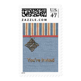 Las rayas azules tejen con el medallón que le sellos postales