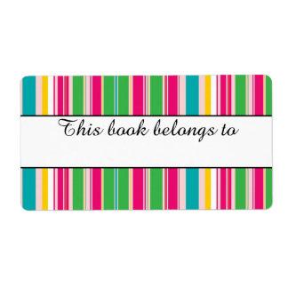"""Las rayas coloridas """"este libro pertenecen"""" a las etiquetas de envío"""