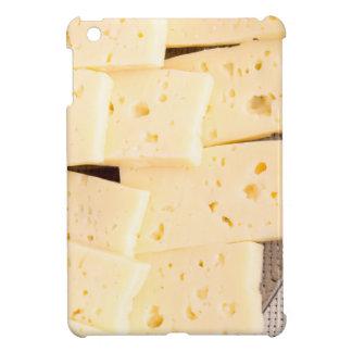 Las rebanadas secan el queso amarillo duro en un