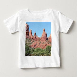 Las rocas acercan a Sedona, Arizona, los E.E.U.U. Playera De Bebé