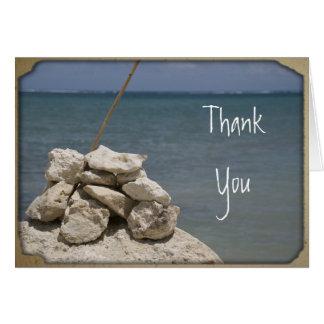 Las rocas en la playa le agradecen observar tarjeta de felicitación