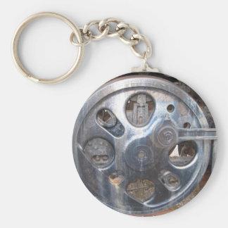 Las ruedas grandes guardan en el motor del ferroca llavero redondo tipo pin