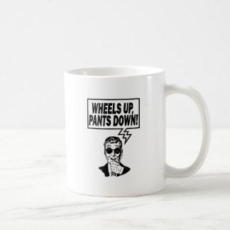 Las ruedas suben los pantalones abajo taza clásica