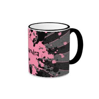 Las salpicaduras rosadas femeninas de la pintura p taza a dos colores