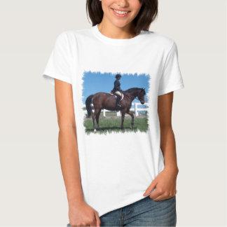 Las señoras de la demostración del caballo del playeras