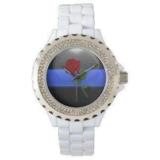 Las señoras enrarecen tributo de la policía de reloj de mano