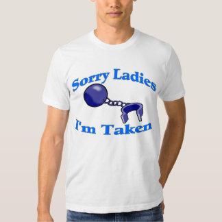 Las señoras tristes me toman la camiseta playera