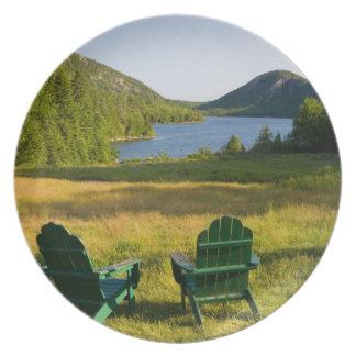Las sillas de Adirondack en el césped de la Jordan Platos De Comidas