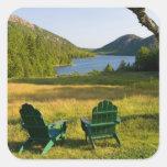 Las sillas de Adirondack en el césped de la Pegatina Cuadrada