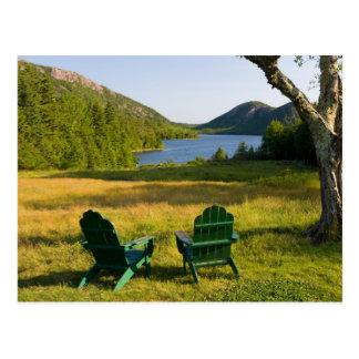 Las sillas de Adirondack en el césped de la Postal