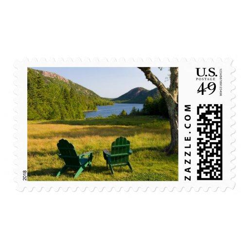 Las sillas de Adirondack en el césped de la Sellos