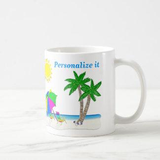 Las tazas alegres del tema de la playa personaliza