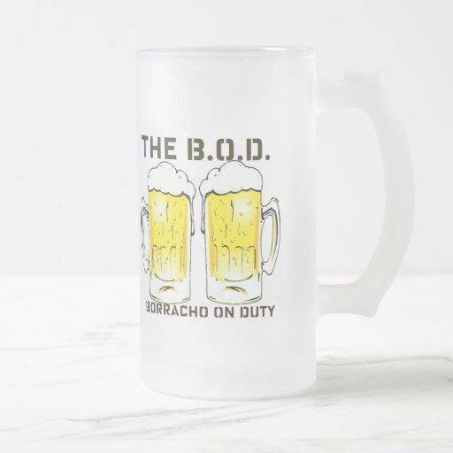 """Las tazas de cerveza de servicio de """"Borracho del"""