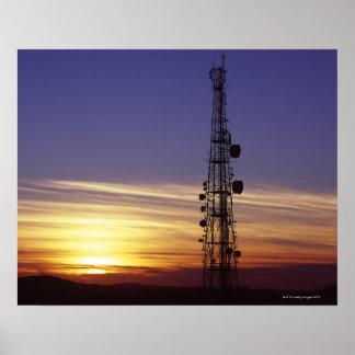 Las telecomunicaciones mast en la puesta del sol póster