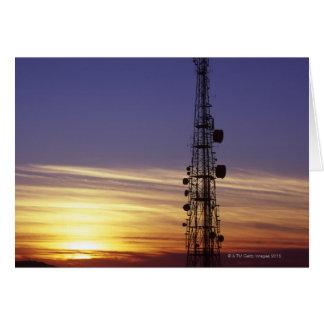 Las telecomunicaciones mast en la puesta del sol tarjeton