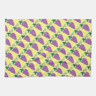 Las uvas agrupan en hacer juego amarillo toallas de cocina