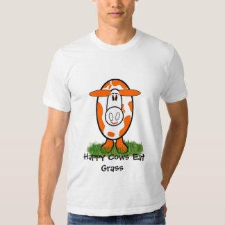 Las vacas felices y sanas comen la hierba polera