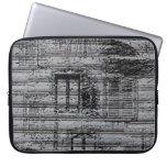 las ventanas y los garabatos grises en el metal mangas portátiles