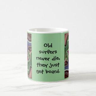 las viejas personas que practica surf nunca mueren taza