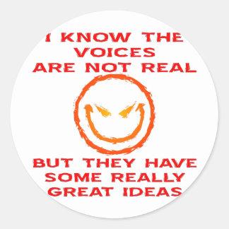 Las voces no son reales sino que tienen grandes pegatina redonda