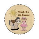 Latas del caramelo del cumpleaños de la vaquera y  frascos de caramelos