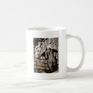 Latas del gas de amontonamiento de las mujeres par tazas de café