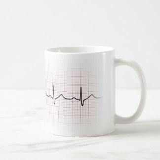 Latido del corazón en el papel cuadriculado, pulso taza básica blanca